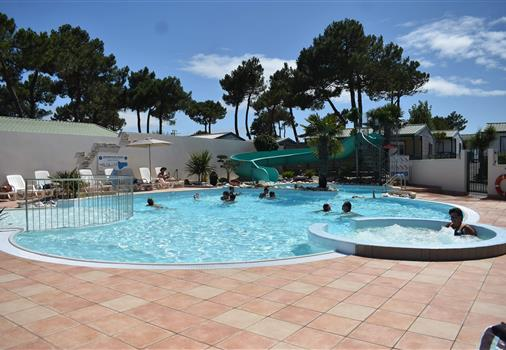 Aquatic area at the campsite Les Tulipes, camping with heated pool, jacuzzi, water slides and paddling pool, campsite on the seafront at La Faute sur Mer near the Tranche sur Mer in Vendée